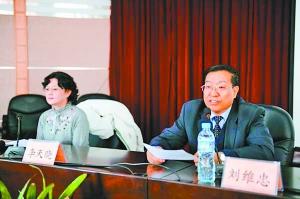?李天晓给甘肃省县以上卫生部门作真气讲座,卫生厅厅长刘维忠主持。