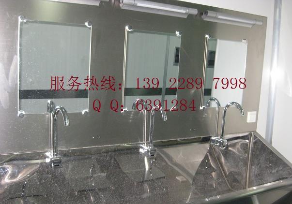 柜体采用304不锈钢结构,分三层,分别放置显示器,键盘和主