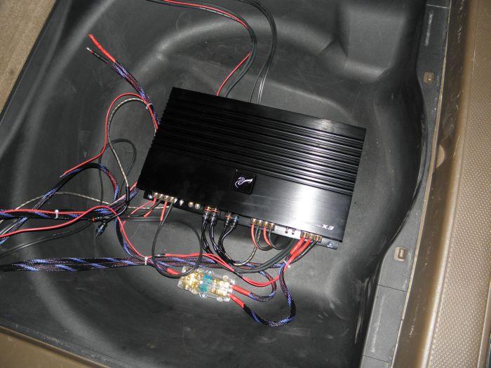 系统配置:CRV前门6寸喇叭孔位安装惠威D620两分频套装,后门孔位安装惠威6寸同轴TC160,同轴喇叭主机推动,超低音采用定制箱体,惠威BC10.0-V导向箱,以一台四路100W功放来推动低音炮和前门套装喇叭,构成了整个系统的配置; 改装效果:升级后整体提升显著,特别是演绎民歌类型的曲目,是D620的强项,人声还原准确入耳三分,中频段的还原细腻、音色温暖,很好的将民歌的氛围传达给听者,置身车内欣赏到的乐曲辽远、开阔,舞台塑造感也很逼真,这得益于D620准确的还原能力,和X3功放大动态范围内的良好控制力和