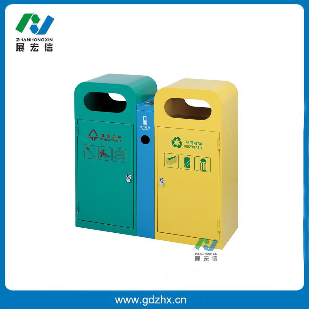 分类环保垃圾桶(GPX-118S) 尺寸:680*340*725mm 分类环保垃圾桶(GPX-118S) 分类环保垃圾桶(GPX-118S),亚克力面板,分类清晰,使用于各种场合, 材料:采用优质不锈钢板材,两边侧面开门,顶上设有二个带网盖的灰缸烟。 其他垃圾的宣传标牌的位置采用内凹型,上面再用透明亚克力板封实,亚克力板与垃圾桶板面相平确保垃圾桶在日常维护中不会损污宣传标牌。 品要采用钥匙通用的果皮箱防盗专用三角锁。 固耐用,不易破损,耐火安全,抗高低温,适合各种恶劣条件气候,金属亮泽,高雅美观,适合各种